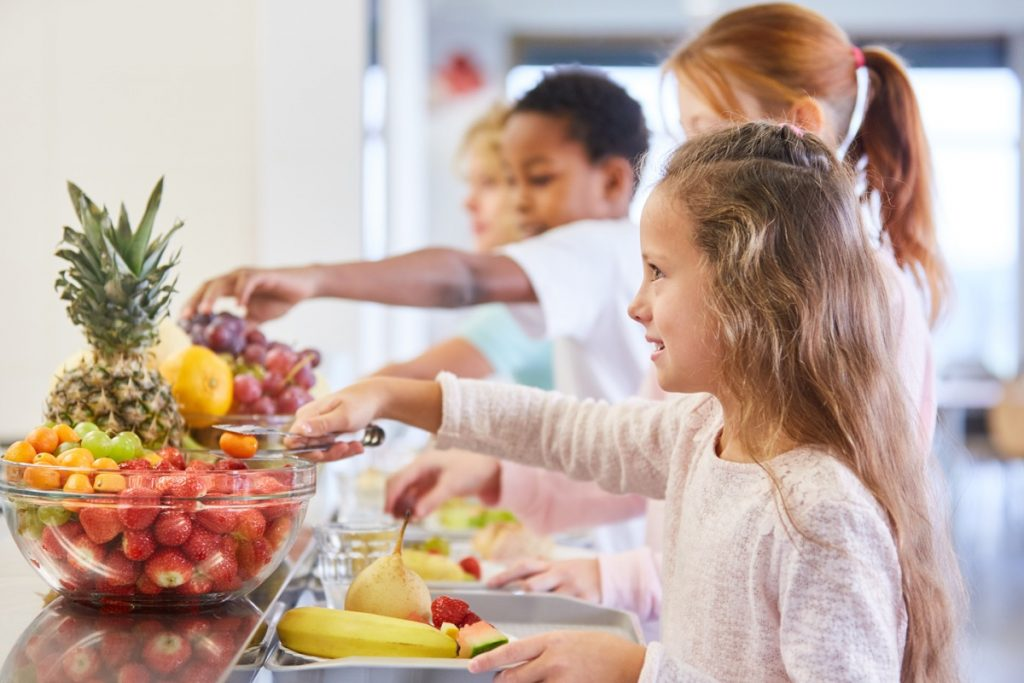 Children at the fruit buffet of the elementary school